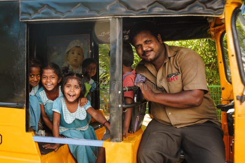 Grupo de estudantes indianas que sorriem à câmera no riquexó do tuk do tuk, o 23 de fevereiro de 2018 Madurai, Índia fotos de stock royalty free