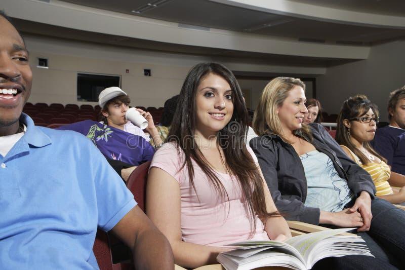 Grupo de estudantes na sala de aula foto de stock royalty free