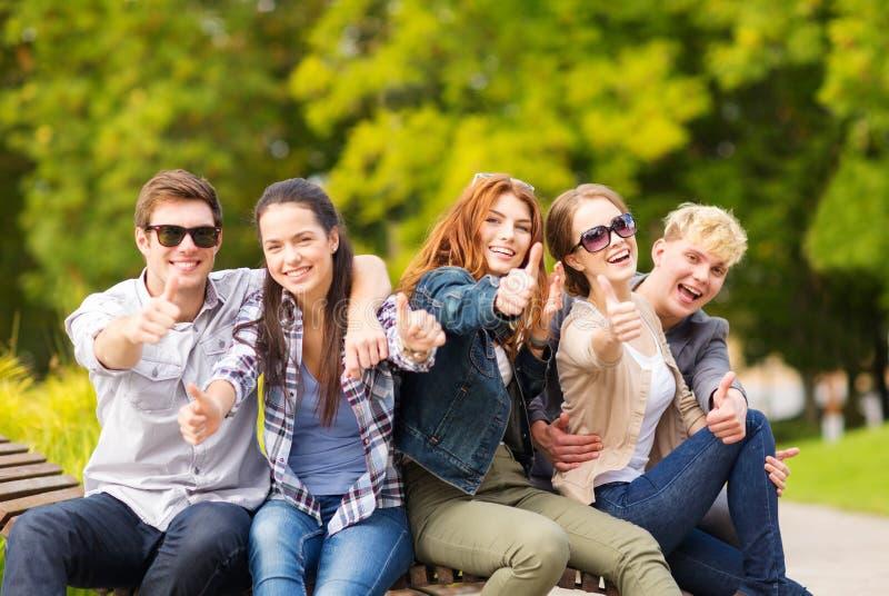 Grupo de estudantes ou de adolescentes que mostram os polegares acima imagem de stock