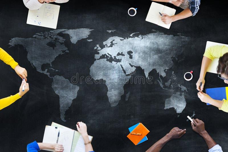 Grupo de estudantes que estudam sobre edições globais ilustração royalty free