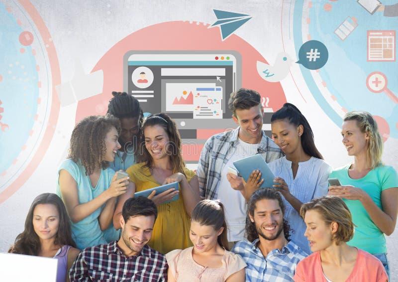 Grupo de estudantes que leem na frente dos gráficos sociais dos meios foto de stock