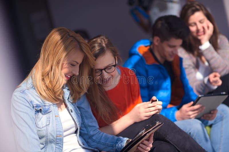 Grupo de estudantes que trabalha no projeto da escola junto imagens de stock royalty free