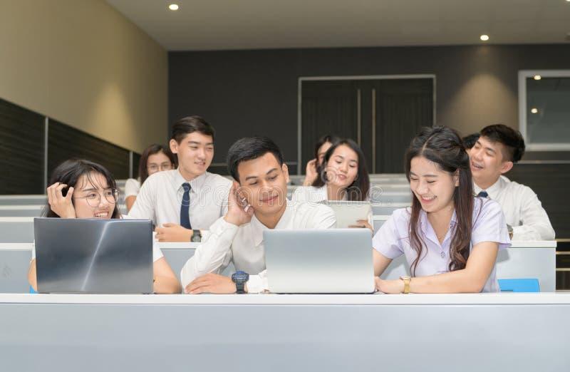Grupo de estudantes que trabalham com portátil imagens de stock