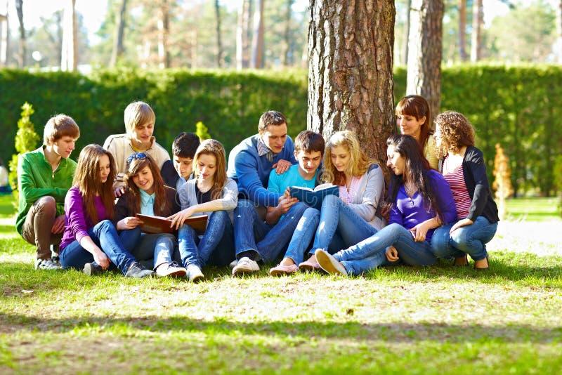 Grupo de estudantes sob a árvore imagem de stock