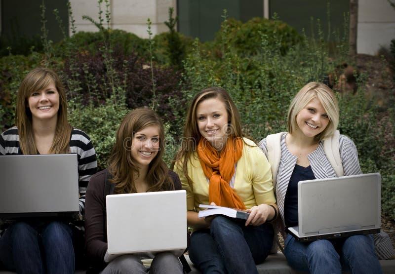 Grupo de estudantes universitários imagens de stock royalty free