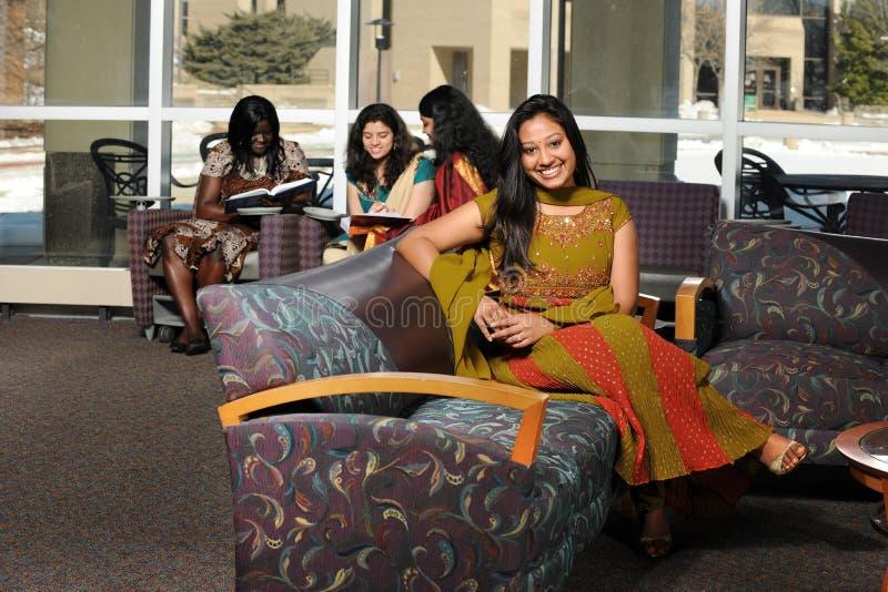 Grupo de estudantes universitários diversos imagem de stock royalty free
