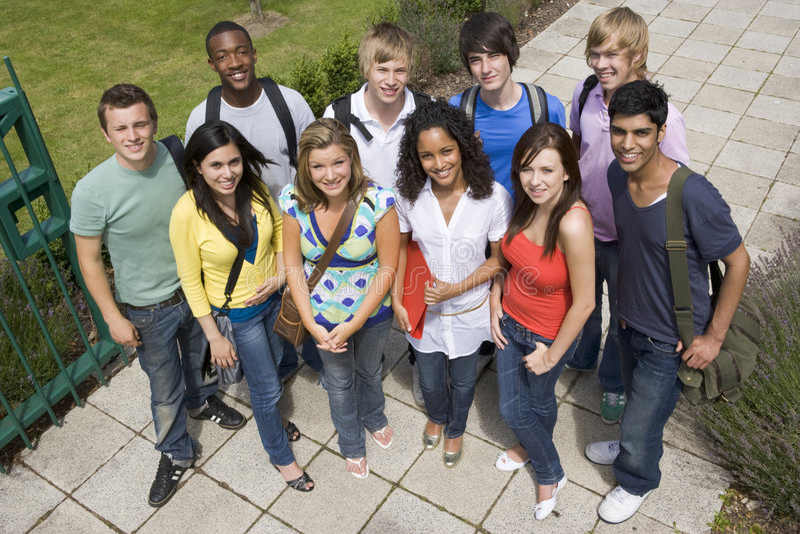 Grupo de estudantes universitários no terreno foto de stock royalty free