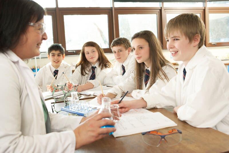 Grupo de estudiantes adolescentes en clase de la ciencia foto de archivo