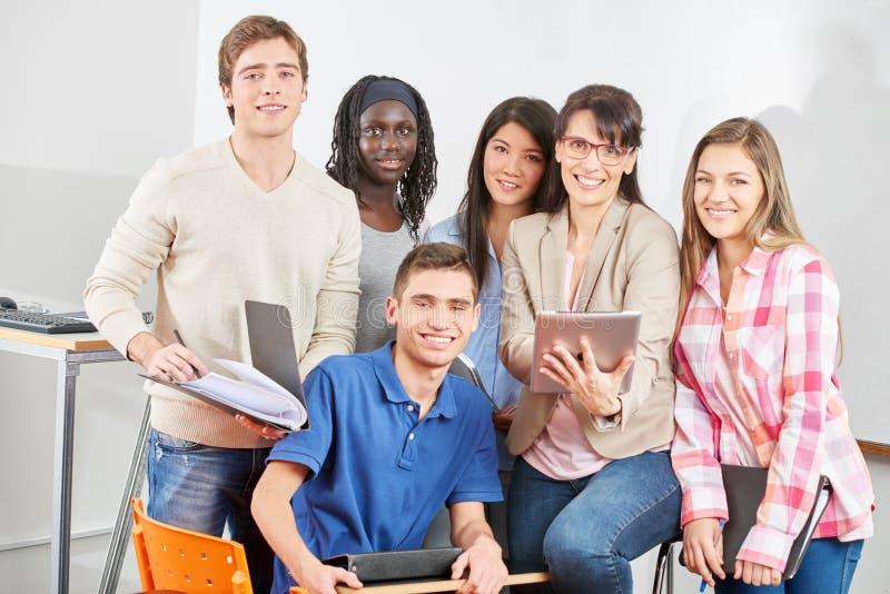 Grupo de estudiantes con el profesor fotos de archivo