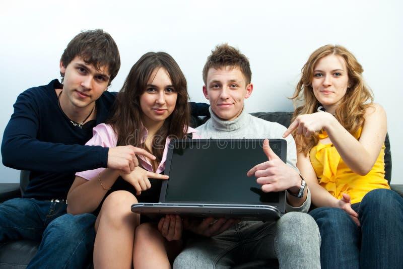 Grupo de estudiantes con la computadora portátil foto de archivo libre de regalías
