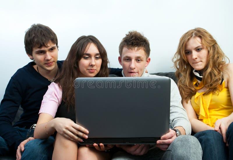 Grupo de estudiantes con la computadora portátil fotografía de archivo libre de regalías