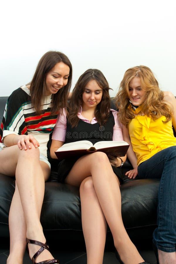 Grupo de estudiantes con los libros fotos de archivo libres de regalías