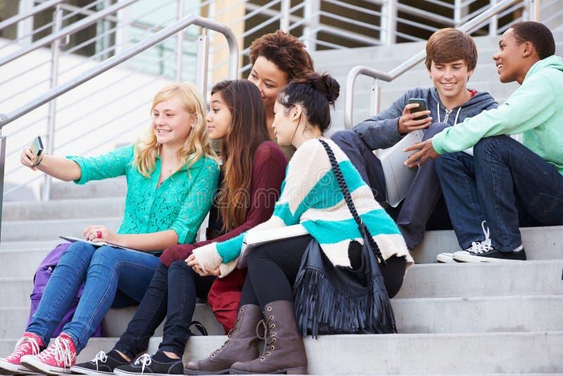 Grupo de estudiantes de la High School secundaria que toman la fotografía de Selfie imágenes de archivo libres de regalías