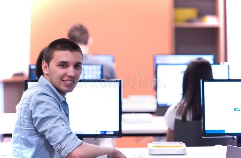 Grupo de estudiantes de la tecnología en sala de clase de la escuela del laboratorio del ordenador fotos de archivo libres de regalías