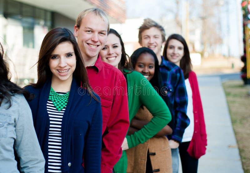 Grupo de estudiantes diversos afuera fotografía de archivo