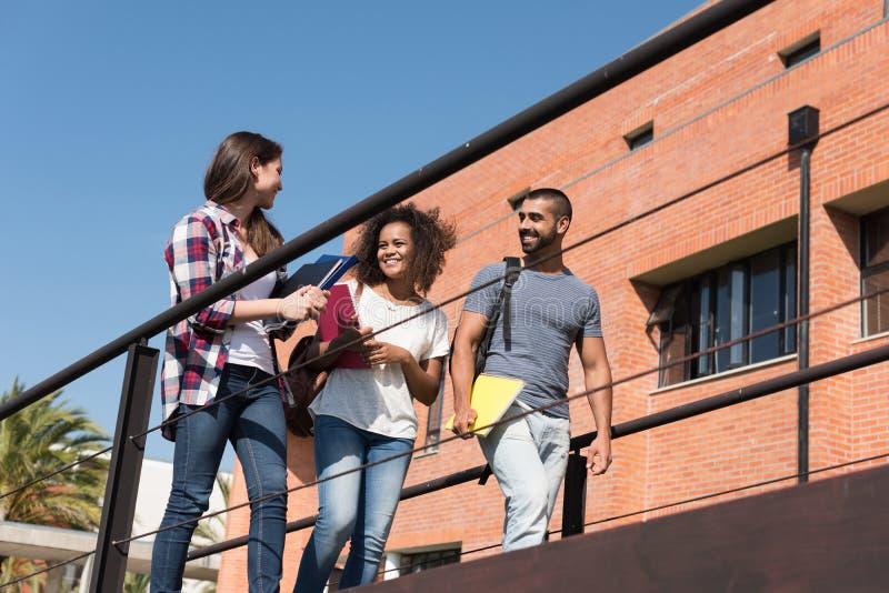 Grupo de estudiantes en campus fotografía de archivo
