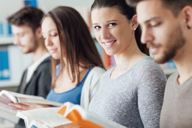 Grupo de estudiantes en la biblioteca imagenes de archivo