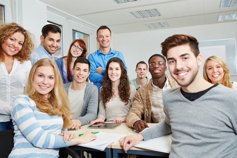 Estudiantes con el profesor y la tableta imagen de archivo