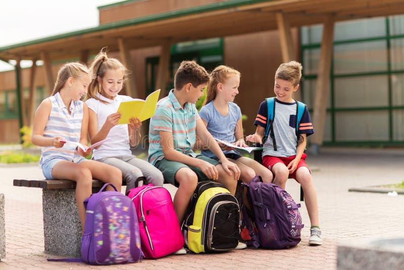 Grupo de estudiantes felices de la escuela primaria al aire libre imagenes de archivo