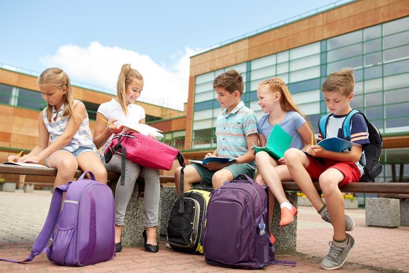 Grupo de estudiantes felices de la escuela primaria al aire libre imágenes de archivo libres de regalías