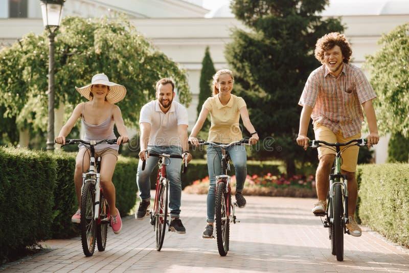 Grupo de estudiantes felices que montan al aire libre foto de archivo libre de regalías