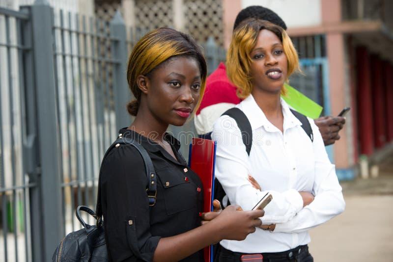 Grupo de estudiantes frente al edificio de la universidad fotografía de archivo