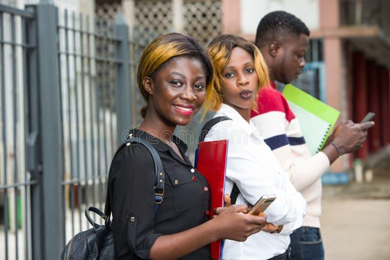 Grupo de estudiantes frente al edificio de la universidad fotos de archivo libres de regalías