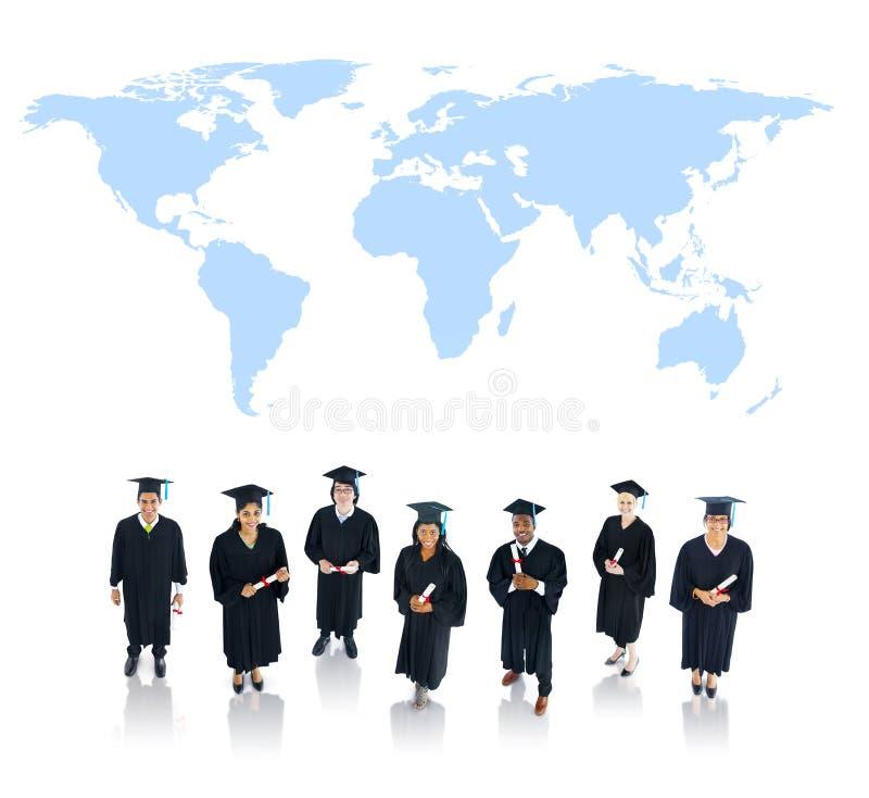 Grupo de estudiantes graduados con el mapa del mundo fotografía de archivo