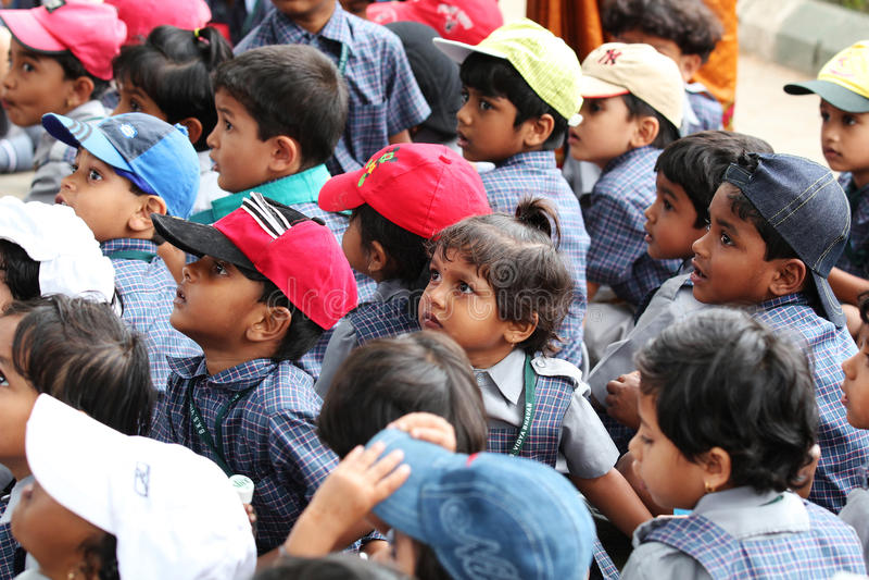 Grupo de estudiantes indios lindos jovenes del jardín de la infancia fotos de archivo