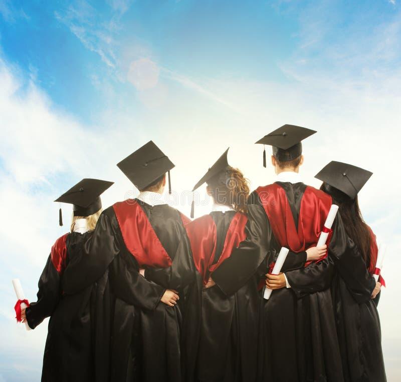 Grupo de estudiantes jovenes graduados fotografía de archivo
