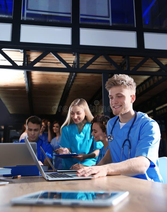 Grupo de estudiantes de medicina elegantes con los artilugios fotografía de archivo