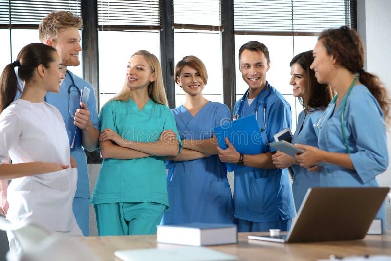 Grupo de estudiantes de medicina elegantes imágenes de archivo libres de regalías