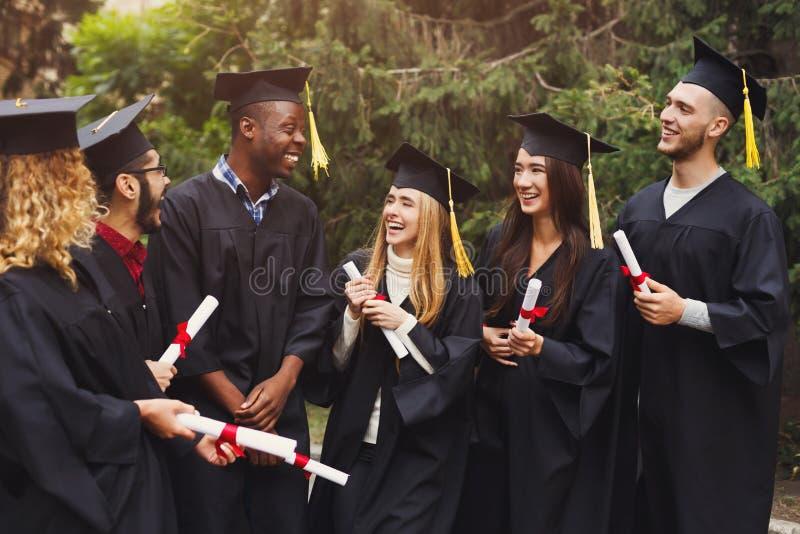 Grupo de estudiantes multiétnicos el día de graduación foto de archivo libre de regalías