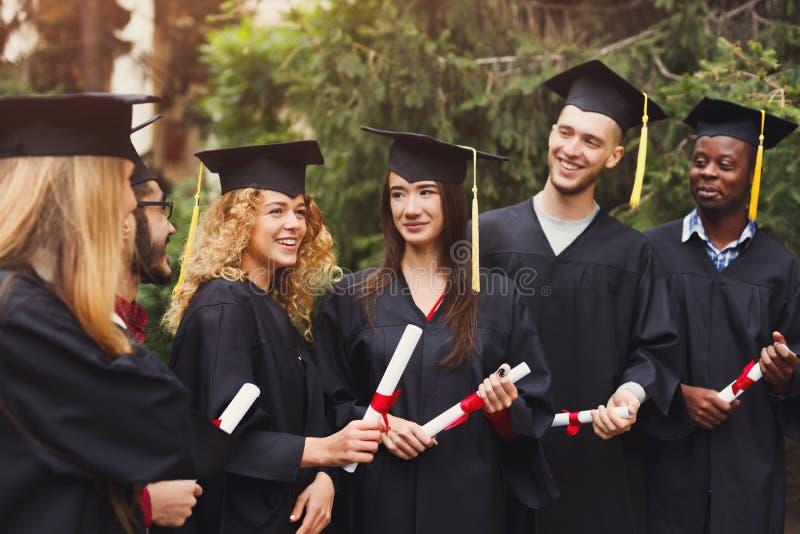 Grupo de estudiantes multiétnicos el día de graduación imágenes de archivo libres de regalías