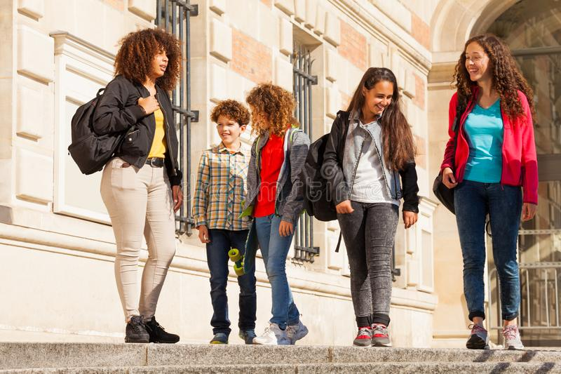 Grupo de estudiantes multiétnicos en el campus de la universidad fotos de archivo