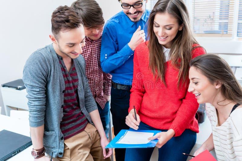Grupo de estudiantes que aprenden junto en universidad fotos de archivo libres de regalías