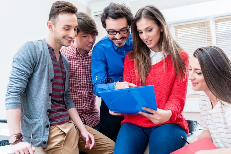 Grupo de estudiantes que aprenden junto en universidad imagen de archivo libre de regalías