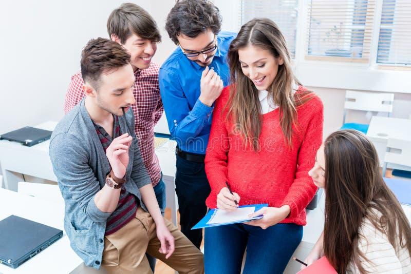 Grupo de estudiantes que aprenden junto en universidad imágenes de archivo libres de regalías