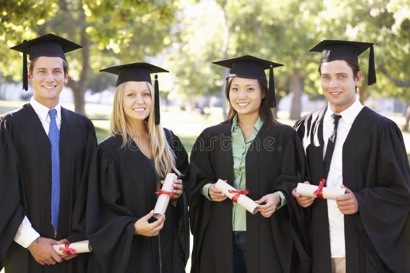 Grupo de estudiantes que asisten a ceremonia de graduación foto de archivo