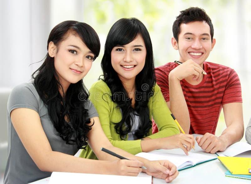 Grupo de estudiantes que estudian junto imagenes de archivo