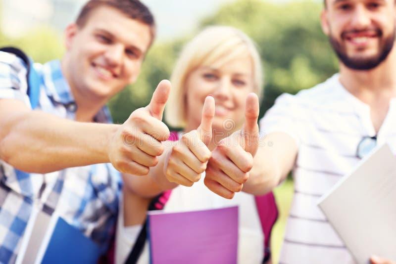 Grupo de estudiantes que muestran muestras aceptables imagen de archivo libre de regalías