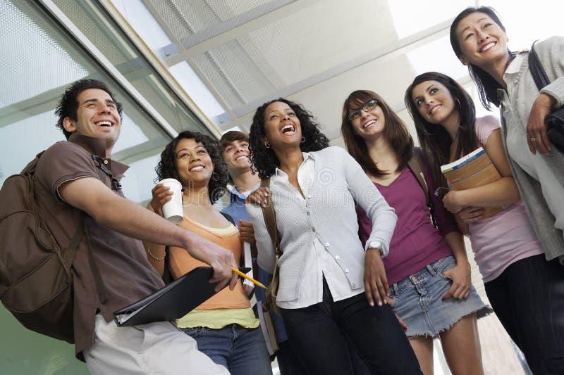 Grupo de estudiantes que se colocan con el profesor imagen de archivo