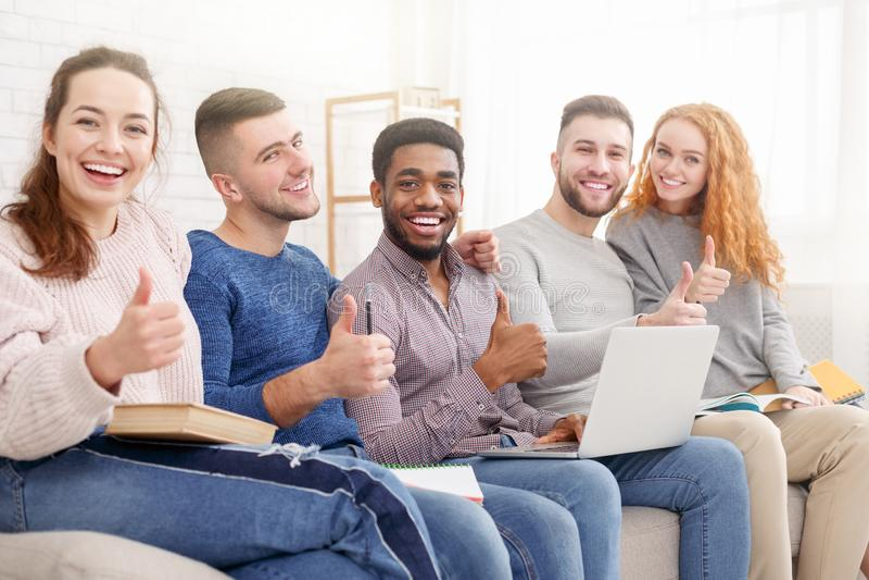 Grupo de estudiantes que se preparan para los exámenes en casa foto de archivo libre de regalías