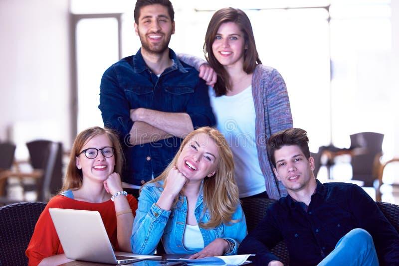 Grupo de estudiantes que se une como equipo imagen de archivo