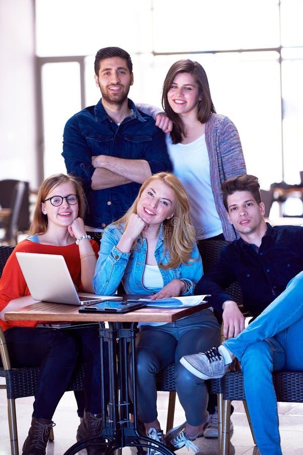 Grupo de estudiantes que se une como equipo foto de archivo libre de regalías