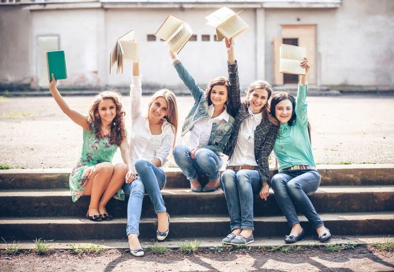 Grupo de estudiantes que sientan con los libros imagen de archivo libre de regalías