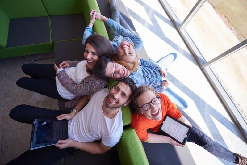 Grupo de estudiantes que trabaja en proyecto de la escuela junto foto de archivo libre de regalías