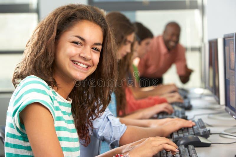 Grupo de estudiantes que trabajan en los ordenadores en sala de clase foto de archivo libre de regalías