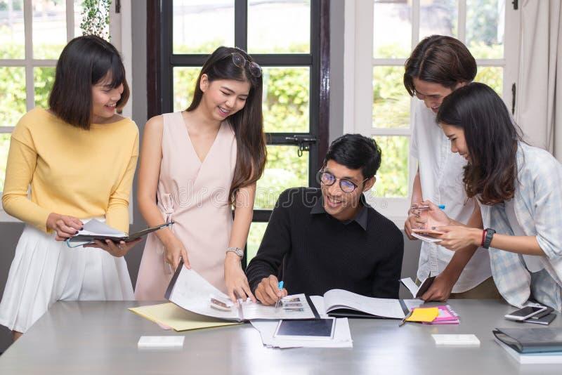 Grupo de estudiantes que usan ideas mientras que estudia junto fotografía de archivo libre de regalías