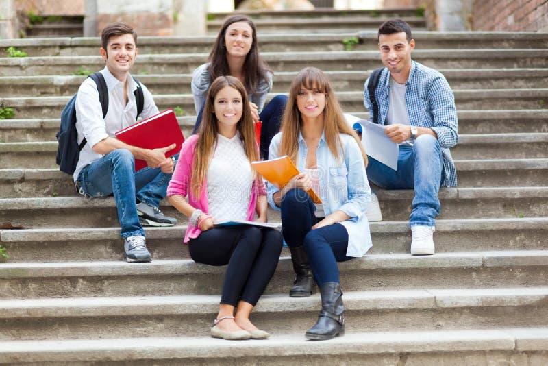 Grupo de estudiantes sonriente fotos de archivo libres de regalías